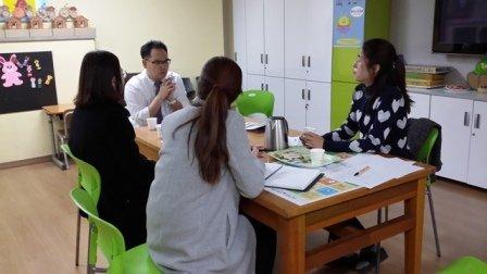 학교 마음건강 자문의사 선생님이 방문하시어 학부모 및 교사를 대상으로 자문을 해 주시는 모습